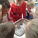 Kinder an Brutmaschine
